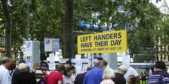 Celebración del día internacional de la zurdera de 2002 en la plaza Leicester, Londres / Wikipedia