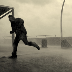 Un hombre intenta escapar de la lluvia y decide correr. GETTY IMAGES