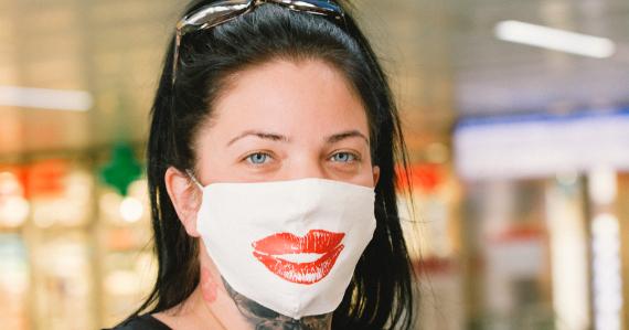 Una mujer usa una mascarilla sonriente en una estación de tren de Dusseldorf. GETTY